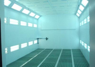 Dwa rzędy oświetlenia LED na bocznych ścianach w kabinie lakierniczej