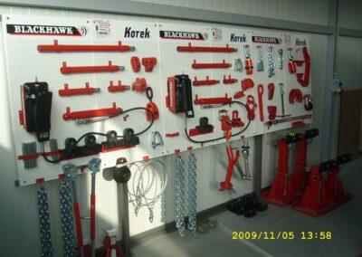 Tablica z akcesoriami do ramy naprawczej KOREK w warsztacie