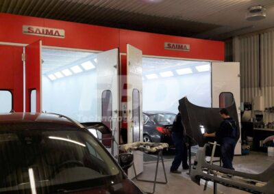 Kabiny lakiernicze SAIMA w trakcie pracy serwisu lakierniczego