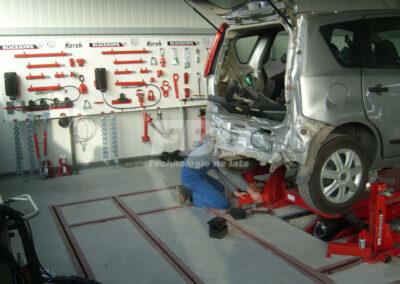 Montaż samochodu na podłogowej ramie naprawczej KOREK