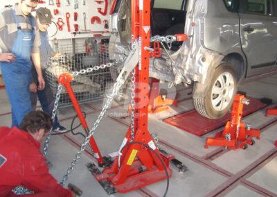 Praca na posadzkowej ramie naprawczej KOREK wieża ciągnąca