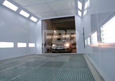 Wnętrze kabiny lakierniczej wjazd pojazdu